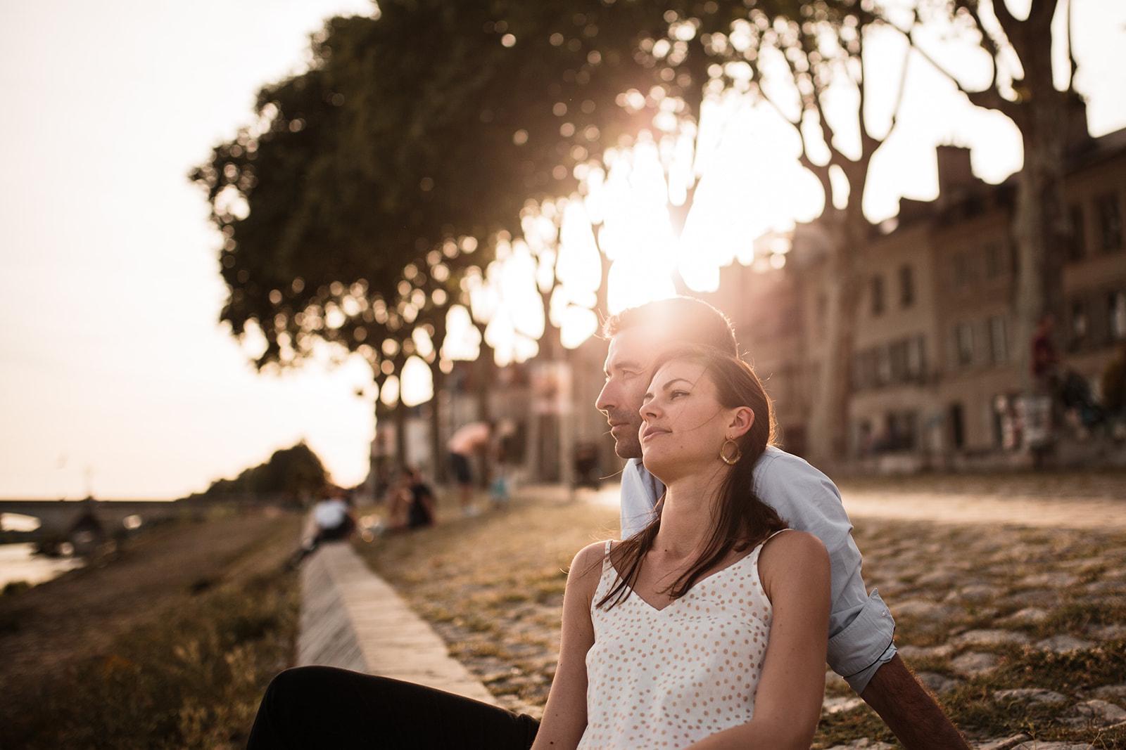 Un moment à deux au coucher du soleil dans le vieux Orleans